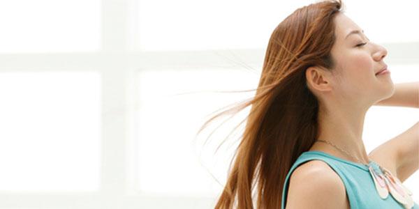 女性の髪が風に揺れている